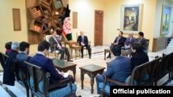 پاکستانی وفد کی افغان چیف ایگزیکٹو عبداللہ عبداللہ سے ملاقات کی تصویر جو پاکستان کی وزارتِ خارجہ نے جاری کی ہے۔