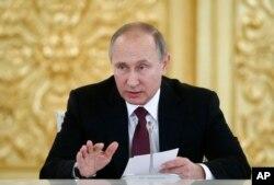 ປະທານາທິບໍດີ ຣັດເຊຍ ທ່ານ Vladimir Putin ກ່າວຄຳປາໄສ ໃນລະຫວ່າງ ກອງປະຊຸມ ສະພາກຸ່ມສັງຄົມພົນລະເຮືອນ ແລະກຸ່ມປົກປ້ອງສິດທິມະນຸດ ຢູ່ທີ່ວັງ Kemlin ໃນນະຄອນຫຼວງ Moscow ຂອງຣັດເຊຍ, ວັນທີ 8 ທັນວາ 2016.
