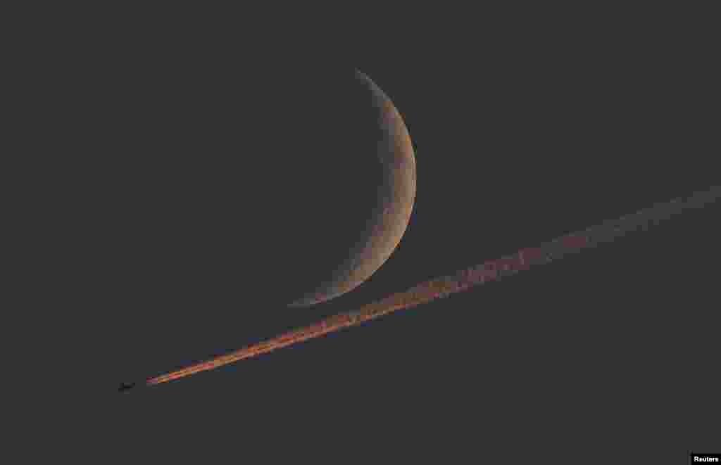 تصویری از هلال ماه در آسمان بریتانیا