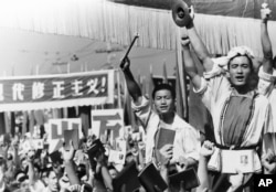 红卫兵在苏联大使馆前面示威,有人擂鼓,别人手持毛主席语录(1966年8月29日)