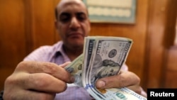 An employee counts money in a foreign exchange office in central Cairo, Egypt, Nov. 3, 2016.