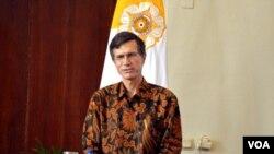 Dubes AS untuk Indonesia Robert O'Blake Jr memberikan kuliah umum tentang Perdagangan dan Ekonomi Digital di Balai Senat UGM Yogyakarta, Senin 11/4 (VOA/Munarsih).