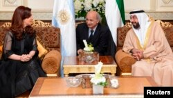 El presidente de los Emiratos Árabes Unidos, Sheikh Khalifa bin Zayed bin Sultan Al Nahyan habla con la presidenta Cristina Fernández, a su llegada a Abu Dhabi.