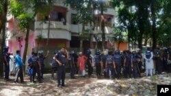 Bangladeshi policemen arrive near the scene of a blast in Kishoreganj, about 90 kilometers (60 miles) north of the capital of Dhaka, Bangladesh, July 7, 2016.
