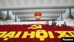 Công nhân sắp xếp hoa trang trí với logo của đảng Cộng sản cho Đại hội toàn quốc lần thứ 12 tại Hà Nội, ngày 18/1/2016.