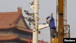 中国工人在安装监视摄像头(资料照片)