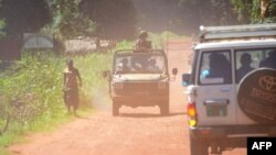 Des soldats français patrouillent dans des véhicules dans les rues de Bambari, en Centrafrique, le 15 mai 2015.