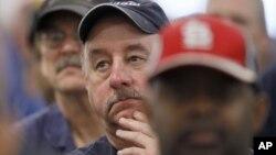 Сотрудники завода Chrysler в Бельведере, Иллинойс, слушают, как Сержио Марконе, руководитель автомобильной корпорации Chrysler объявляет о добавлении третьей смены для того, чтобы начать производство Dodge Dart в 2013 году
