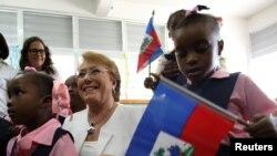 """Madam Bachelet pandan li tap vizite """"Ecole Nationale Republique du Chili"""" nan Pòtotprens. 27 mas 2017. (Foto: REUTERS/Jeanty Junior Agustin)"""
