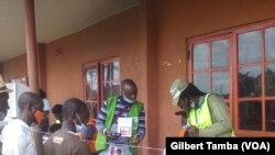 Des électeurs cherchent leur noms sur la liste électorale, au Nigeria, le 19 septembre 2020. (VOA/Gilbert Tamba)