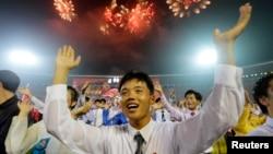 지난 2013년 평양 김일성경기장에서 '전승절' 60주년 야회에 동원된 북한 젊은이들이 춤을 추며 기뻐하고 있다. (자료사진)