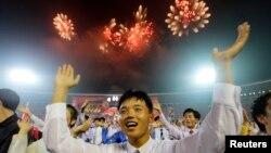 지난달 28일 평양 김일성경기장에서 '전승절' 60주년 야회에 동원된 북한 젊은이들이 춤을 추며 기뻐하고 있다.