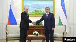 6일 우즈베키스탄을 방문한 블라디미르 푸틴(왼쪽) 러시아 대통령이 샤브카트 미르지야에프 총리와 회담에 앞서 악수하고 있다.