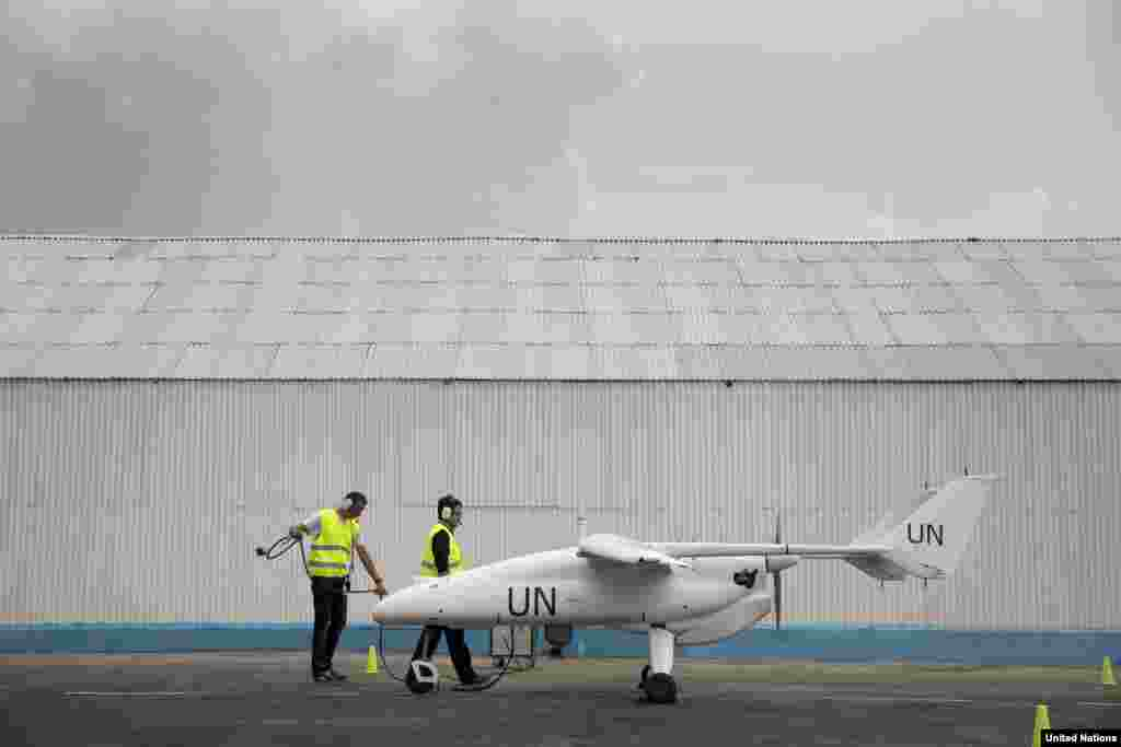 Uma equipa de técnicos preparam o lançamento de um drone da ONU durante uma cerimónia oficial. Goma, RDC, Dez. 3, 2013.