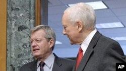 Senators Max Baucus (l) and Orrin Hatch (file photo)