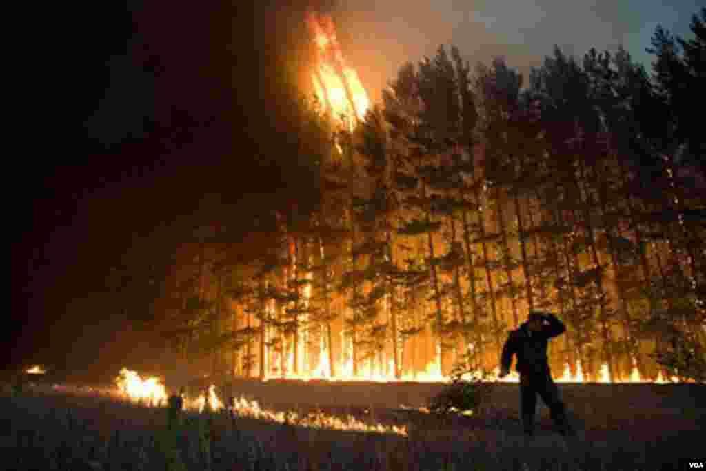 9 Avgust 2010: vatrogasci u Rusiji radili su danonoćno kako bi obuzdali stotine vatrenih stihija širom zemlje.