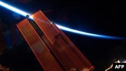 Космический корабль Endeavour готовится к посадке