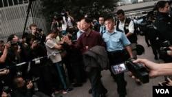 香港民主黨創黨主席李柱銘自願被警察拘捕,表示承擔責任,完成公民抗命(美國之音特約記者湯惠芸攝)