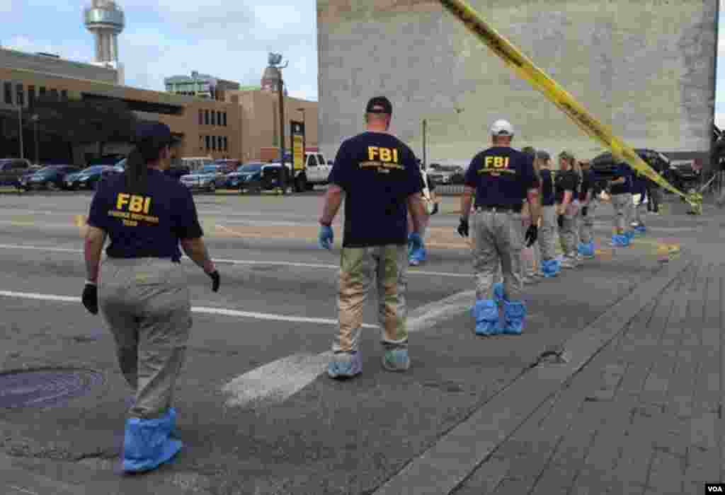 FBI investigators search for evidence in the July 7 sniper attack on police officers in downtown Dallas, Texas, July 9, 2016. (G. Tobias/VOA News)