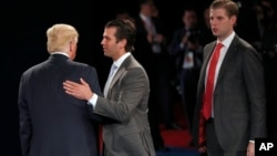 도널드 트럼프 대통령 당선인(왼쪽)이 지난 10월 대통령 후보 토론회를 마친 후 두 아들 도널드 트럼프 주니어, 에릭 트럼프와 대화하고 있다.