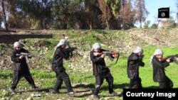 Los menores son utilizados en videos de propaganda cargando armas que apenas se pueden.