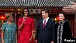 美国第一夫人米歇尔·奥巴马和她的母亲玛丽安·罗宾逊(左)在北京钓鱼台国宾馆接受中国国家主席习近平和夫人彭丽媛的款待。(2014年3月21日)