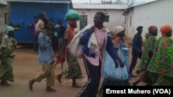 Les Burundais vivant à Kamanyola quittent les maisons de location de congolais pour un camp improvisé, RDC, le 17 septembre 2017. (VOA/Ernest Muhero)