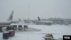 Las actividades alrededor de los aviones no se detenían pese a la intensa nevada.
