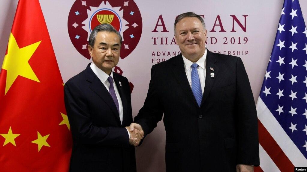 Ngoại trưởng Mỹ Mike Pompeo bắt tay Ngoại trưởng Trung Quốc Vương Nghị tại Hội nghị các Bộ trưởng Ngoại giao ASEAN ở Bangkok, Thái Lan, ngày 1/8/2019.
