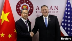 中國外交部長王毅8月1日在曼谷參加地區峰會時與美國國務卿蓬佩奧(右)。