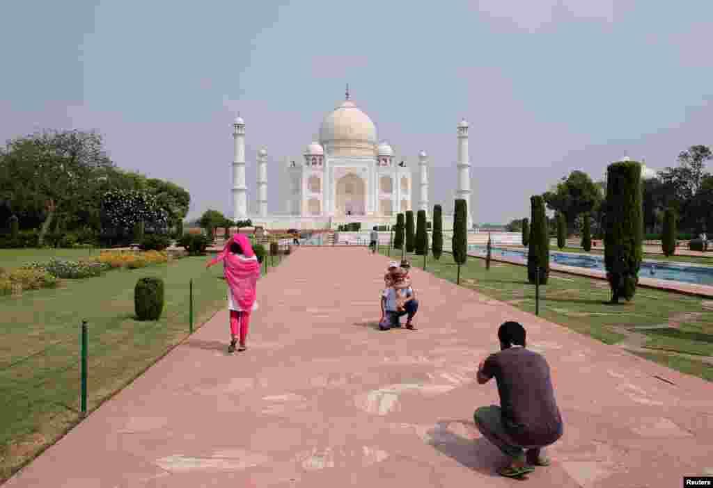 بھارت میں مارچ میں اعلان کردہ سخت لاک ڈاؤن کے باعث تاج محل بھی ویران ہو گیا تھا اور ملکی و غیر ملکی سیاحوں سمیت کسی کو بھی تاج محل کی سیر کرنے کی اجازت نہیں تھی۔