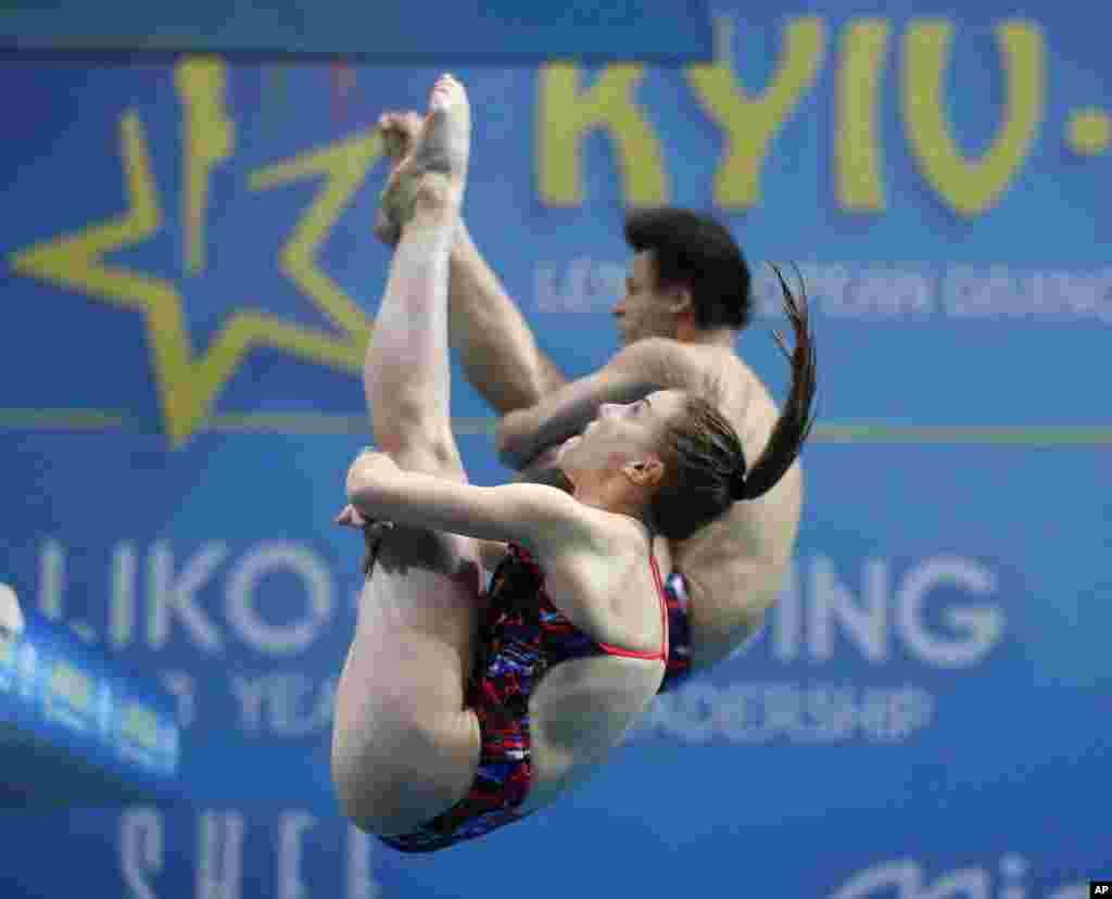 میشله و جاناتان ورزشکاران سوئیسی در حال شیرجه از سکوی سه متری در مسابقات میکس زن و مرد در مسابقات قهرمانی اروپا در اوکراین.