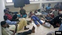 Warga muslim Rohingya dari Burma di Aceh Besar saat baru diselamatkan dari kapal. (Foto: Dok)