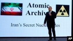 Le Premier ministre israélien Benjamin Netanyahu présente des documents sur le développement des armes nucléaires iraniennes lors d'une conférence de presse à Tel Aviv, le 30 avril 2018.