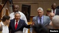 劳尔·卡斯特罗和接班人米格尔·迪亚斯-卡内尔抵达古巴全国代表大会会场。(2018年4月18日)