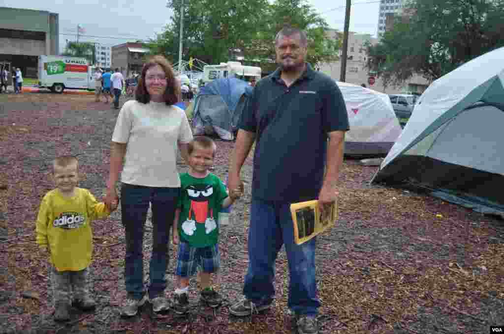 Муж и жена Уайт с детьми – бывшие бездомные. Они приходят в лагерь «Захвати Тампу» пообщаться.