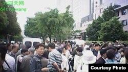 上海信访办门前访民集结 (天网提供)