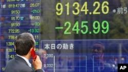 Saham Jepang turun paling banyak di seluruh Asia pada hari Senin, indeks acuan Nikkei 225 kehilangan lebih dari tiga persen (foto: dok).