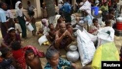 Para pengungsi Rohingya berkumpul di sebuah masjid di kota Sittwe, provinsi Rakhine (foto: dok).