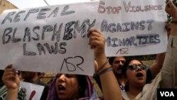 Warga Pakistan melakukan protes menuntut pencabutan UU yang mengatur hukuman atas penghinaan agama (dokumentasi).