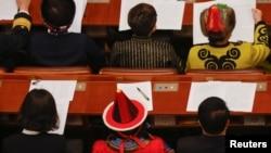 在北京人大会堂参加全国政协会议开幕式的政协委员们。(2021年3月4日)