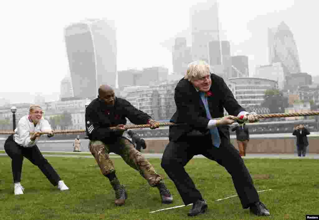 د لندن ښاروال بوریس جانسن د متقاعدو سرتیرو او افسرانو د ستاینې په ورځ د پړي کشولو په لوبه کې
