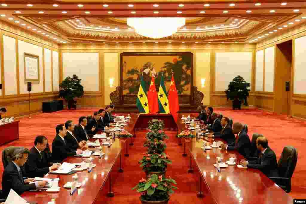 2017年4月12日,中国总理李克强、外交部长王毅等人在北京人民大会堂和圣多美和普林西比总理帕特里斯·特罗瓦达等人举行会谈