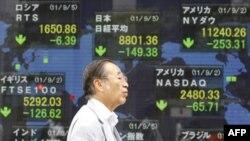 Bảng chứng khoán điện tử tại một công ty chứng khoán ở Tokyo, ngày 5/9/2011