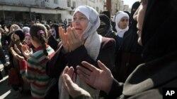 Một phụ nữ Syria than khóc khi cầu nguyện trong một cuộc biểu tình chống chính phủ ở Idlib, phía bắc Syria, ngày 9/3/2012