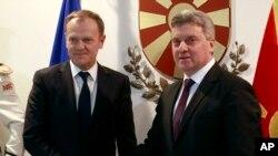 دونالد تاسک (چپ) رئیس شورای اروپا در تلاش برای راه حل بحران پناهجویان با جورج ایوانف رئیس جمهوری مقدونیه در اسکوپیه ملاقات کرد