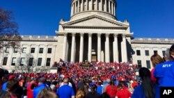 Hiljade nastavnika Zapadne Virdžinije okupilo se na protestu ispred zgrade državne skupštine u Čarlstonu, 26. februara 2018.