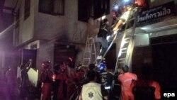 23일 태국 북부 치앙라이의 사립 기숙사에 화재가 발생해 여학생 17명이 사망했다. 소방대원들이 학생들을 구조하고 있다.