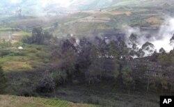 Asap mengepul dari Kawah Sileri setelah meletus di Dieng, Jawa Tengah, Minggu, 2 Juli 2017. (AP Foto / Dwiana Jati Setiaji)