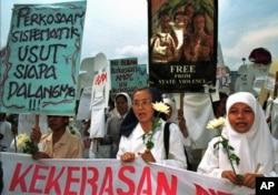 Anggota Koalisi Perempuan Indonesia untuk Keadilan dan Demokrasi berdemonstrasi di depan kantor Kementerian Pertahanan pada 1998, menuduh militer kurang bertindak mencegah pemerkosaan selama kerusuhan Mei 1998. (Foto: Dok)